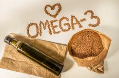 Семена льна, масло льняного семени в бутылке еда здоровая Стоковое Изображение RF