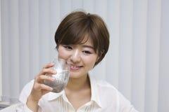 Семена chia молодой женщины выпивая стоковая фотография