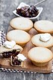 Семените группу пирога на разделочной доске на деревянной предпосылке Стоковые Фотографии RF
