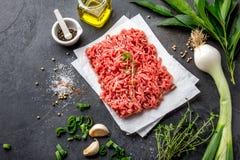 семените Земное мясо с ингридиентами для варить на черной предпосылке ое мясо говядины Взгляд сверху Стоковые Фото