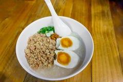 Семенить congee свинины с яичком, свежим имбирем Стоковые Фотографии RF