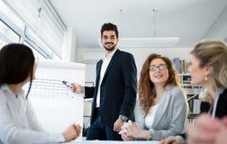 Семинары и деловые встречи в офисе компании Стоковые Изображения RF