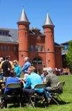 Семьи и друзья студент-выпускников на пикнике обедают перед градацией Middletown Коннектикутом США веслианского университета окол стоковая фотография