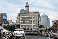 04 09 Семьи 2017 и шлюпки обычной жизни людей Бостона Массачусетса США причалили центр причала пристани длинный Бостона Стоковые Изображения