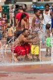 Семьи получают выдержанный играть в фонтане Атланты Стоковое фото RF