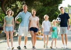 семья ¿ ï» идя в город лета Стоковое фото RF