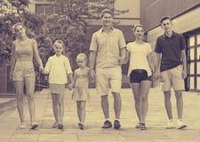 семья ¿ ï» идя в город лета Стоковые Фотографии RF
