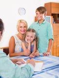 Семья агента банка советуя с с детьми стоковое фото