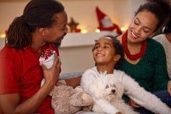 Семья Афро американская с настоящими моментами совместно для рождества Стоковые Изображения
