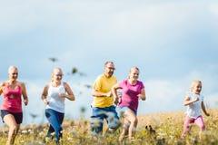 Семья бежать для лучшего фитнеса в лете Стоковое фото RF