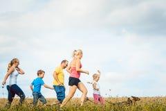 Семья бежать для лучшего фитнеса в лете Стоковые Фото