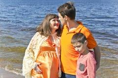 Семья беременный отец и сын матери Стоковые Фотографии RF