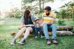 Семья битника, бородатый папа с татуировками и стильные одежды стоковое изображение rf