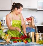Семья варя здоровый обедающий с овощами Стоковая Фотография