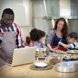 Семья варя концепцию единения еды кухни стоковые изображения rf