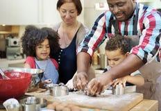 Семья варя концепцию единения еды кухни стоковая фотография rf