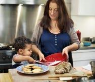 Семья варя концепцию единения еды кухни стоковые фото