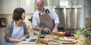 Семья варя концепцию обедающего подготовки кухни стоковое фото rf