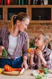 Семья варя любя здоровье еды отношения стоковое фото