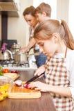 Семья варя предпосылку Предназначенный для подростков лук вырезывания девушки Стоковая Фотография RF