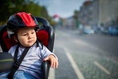 Семья велосипед в городе Шлемы маленькой красивой девушки нося в месте велосипеда Стоковое фото RF