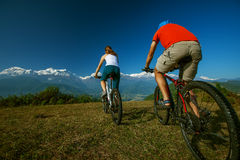 Семья велосипедиста в горах Гималаев Стоковая Фотография