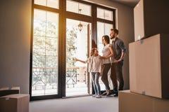 Семья двигая в новый дом стоковые изображения