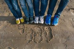 Семья воссоздания на пляже стоковая фотография rf