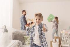 Семья восстанавливая их новую квартиру Стоковая Фотография