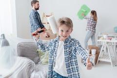 Семья восстанавливая их новую квартиру Стоковые Изображения RF