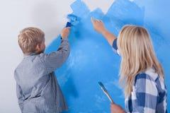 Семья во время настенной живописи стоковое фото