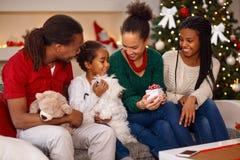 Семья во время рождества с настоящими моментами Стоковые Изображения RF