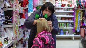 Семья выбирает искусственную рождественскую елку, украшения Xmas в магазине видеоматериал