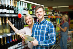 Семья выбирая вино на продовольственном магазине Стоковая Фотография RF