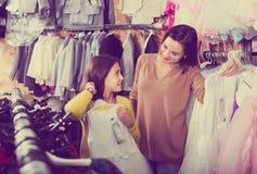 Семья выбирая платье в магазине Стоковое фото RF