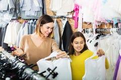 Семья выбирая платье в магазине Стоковые Изображения