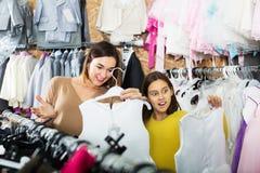 Семья выбирая платье в магазине Стоковое Фото