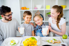 Семья выпивает молоко для завтрака стоковые изображения rf