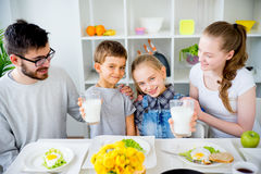 Семья выпивает молоко для завтрака стоковое фото rf