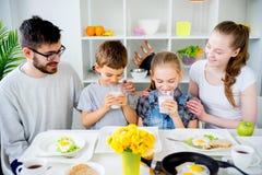 Семья выпивает молоко для завтрака стоковое фото