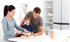 семья вырезывания хлеба ее женщина стоковые фотографии rf