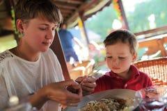 Семья в азиатском ресторане Стоковая Фотография