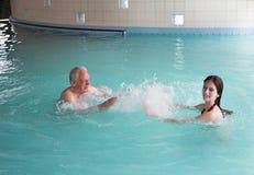 Семья в бассейне стоковое изображение rf