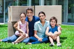 Семья в большом доме стоковые фото