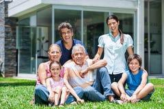 Семья в большом доме стоковое фото rf