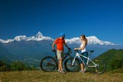 Семья в горах Гималаев, зона велосипедиста Anapurna Стоковое Изображение