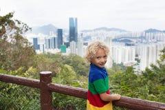 Семья в горах Гонконга стоковая фотография