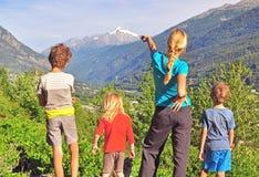 Семья в горах стоковые изображения rf