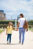 Семья в европейском городе, Париже, Франции французско стоковое изображение
