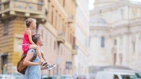 Семья в Европе Счастливый отец и маленькая прелестная девушка в Риме во время итальянки лета отдыхают видеоматериал